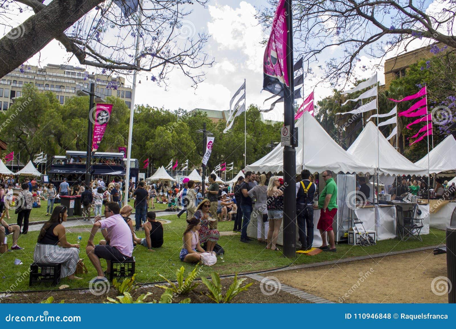 Gente en un parque durante un evento de la calle