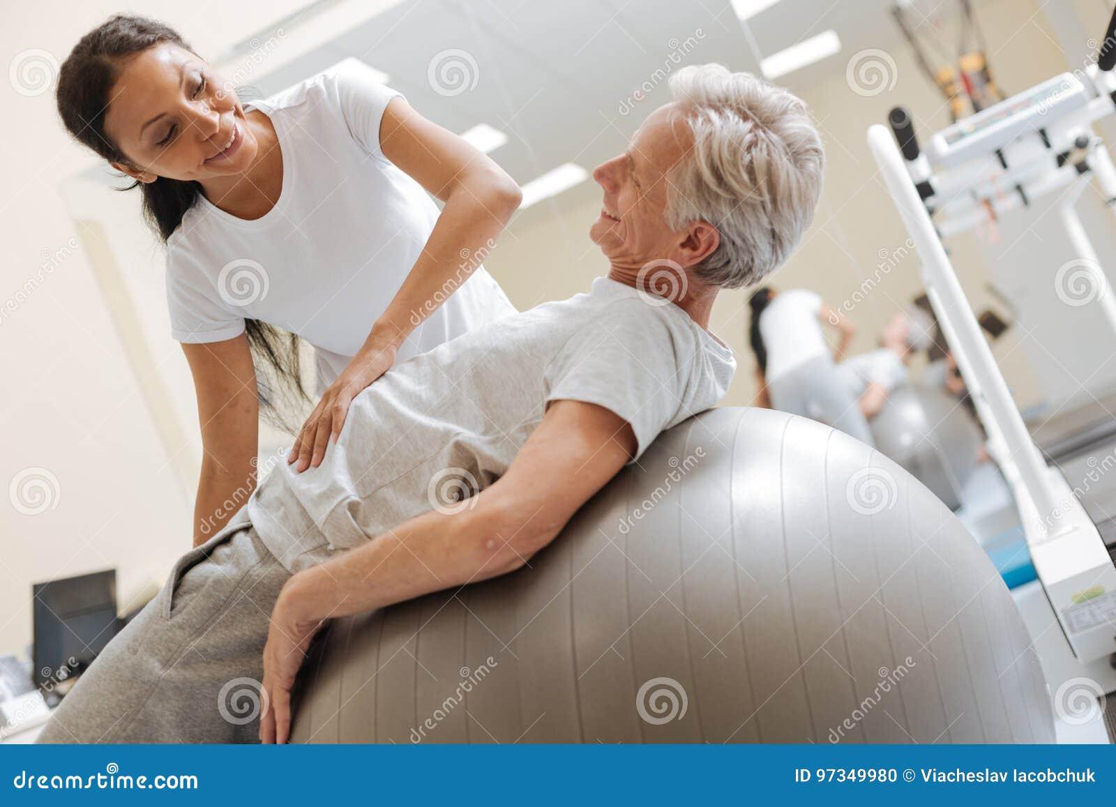 Gente encantada positiva que entrena en el gimnasio