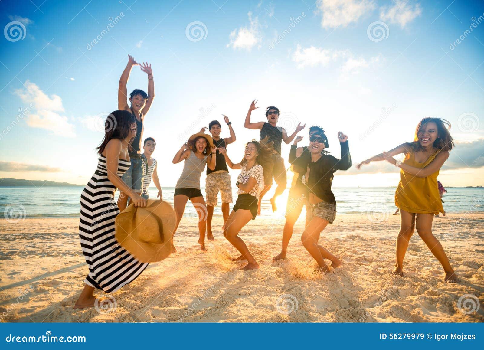 Gente felice sulla spiaggia