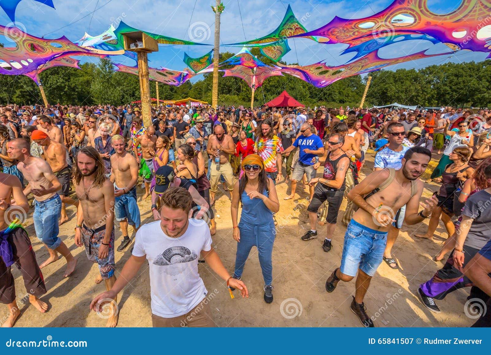 Gente feliz de risa del partido en la sala de baile