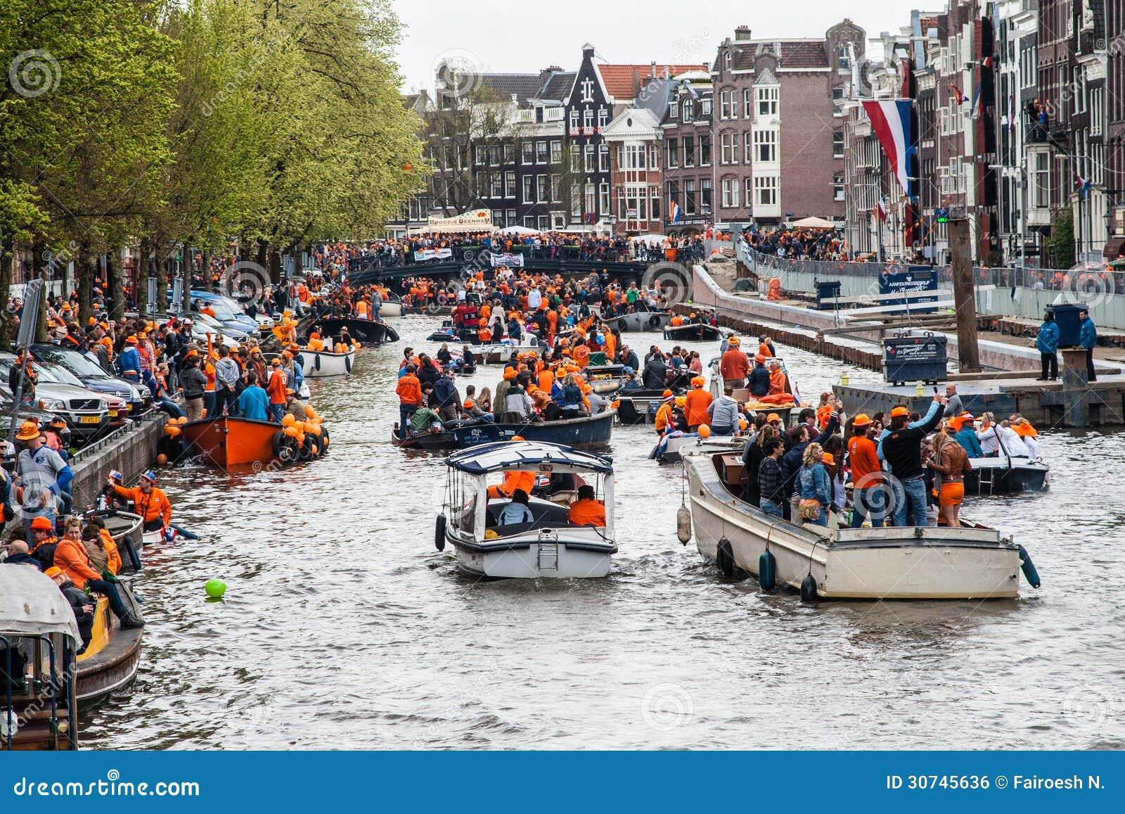 Gente feliz en el barco en Koninginnedag 2013