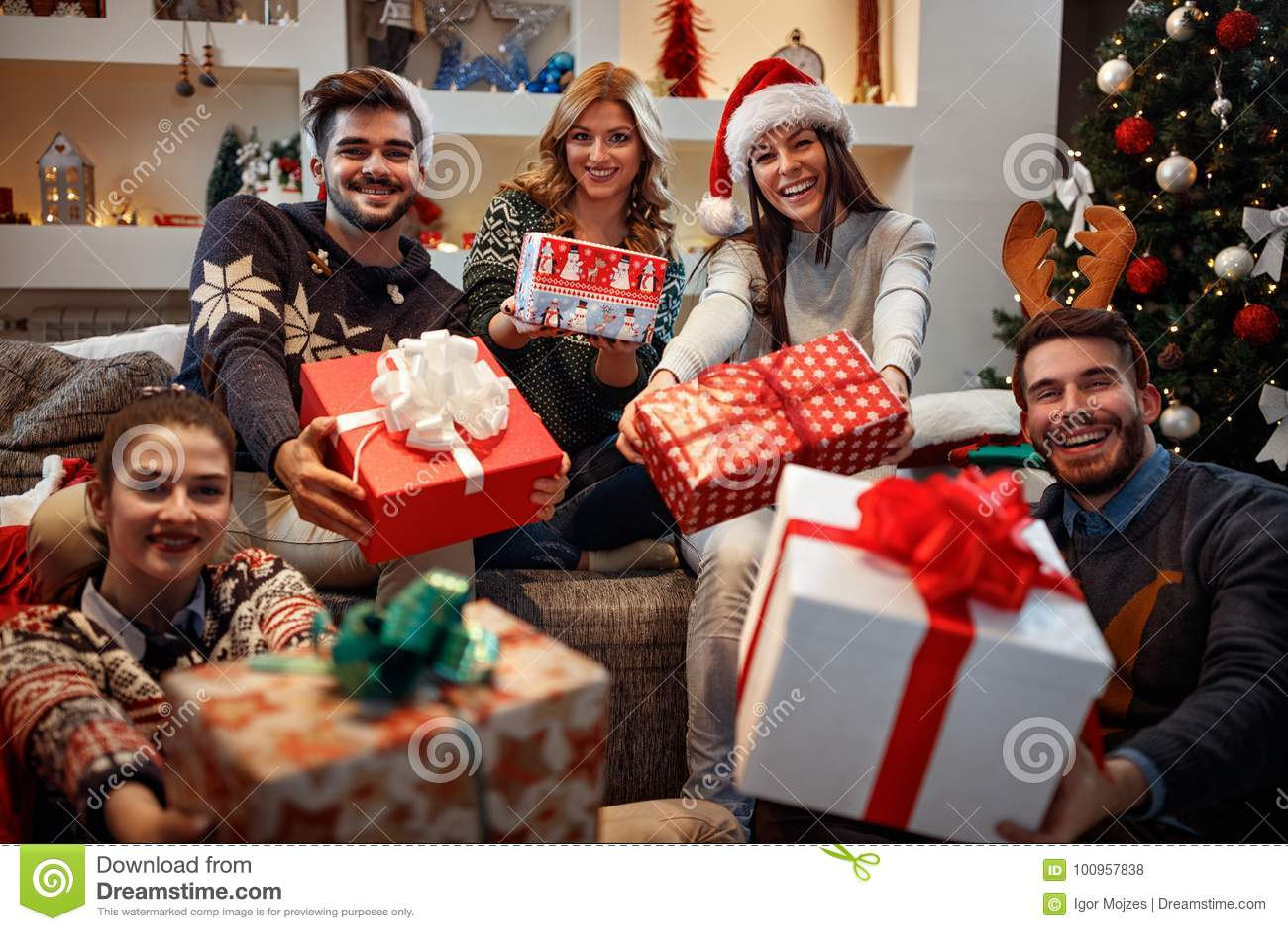 Gente Feliz En Navidad.Gente Feliz Joven Con Los Regalos Para La Navidad Foto De