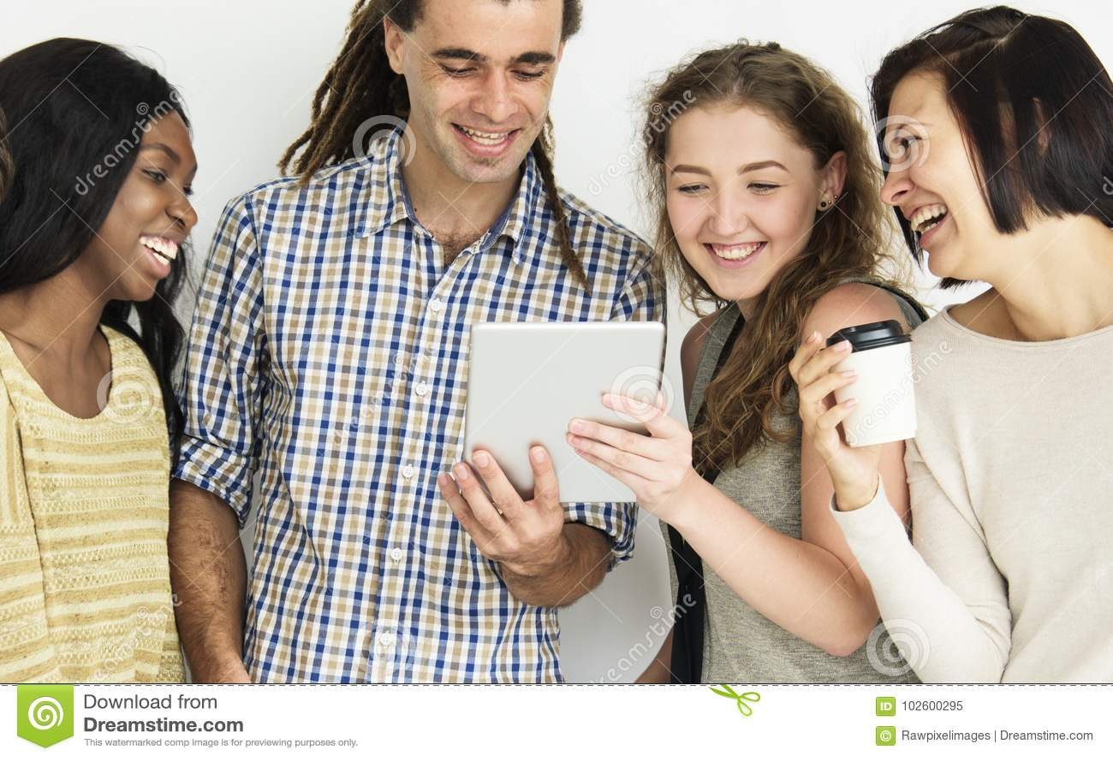 Gente feliz que mira la tableta