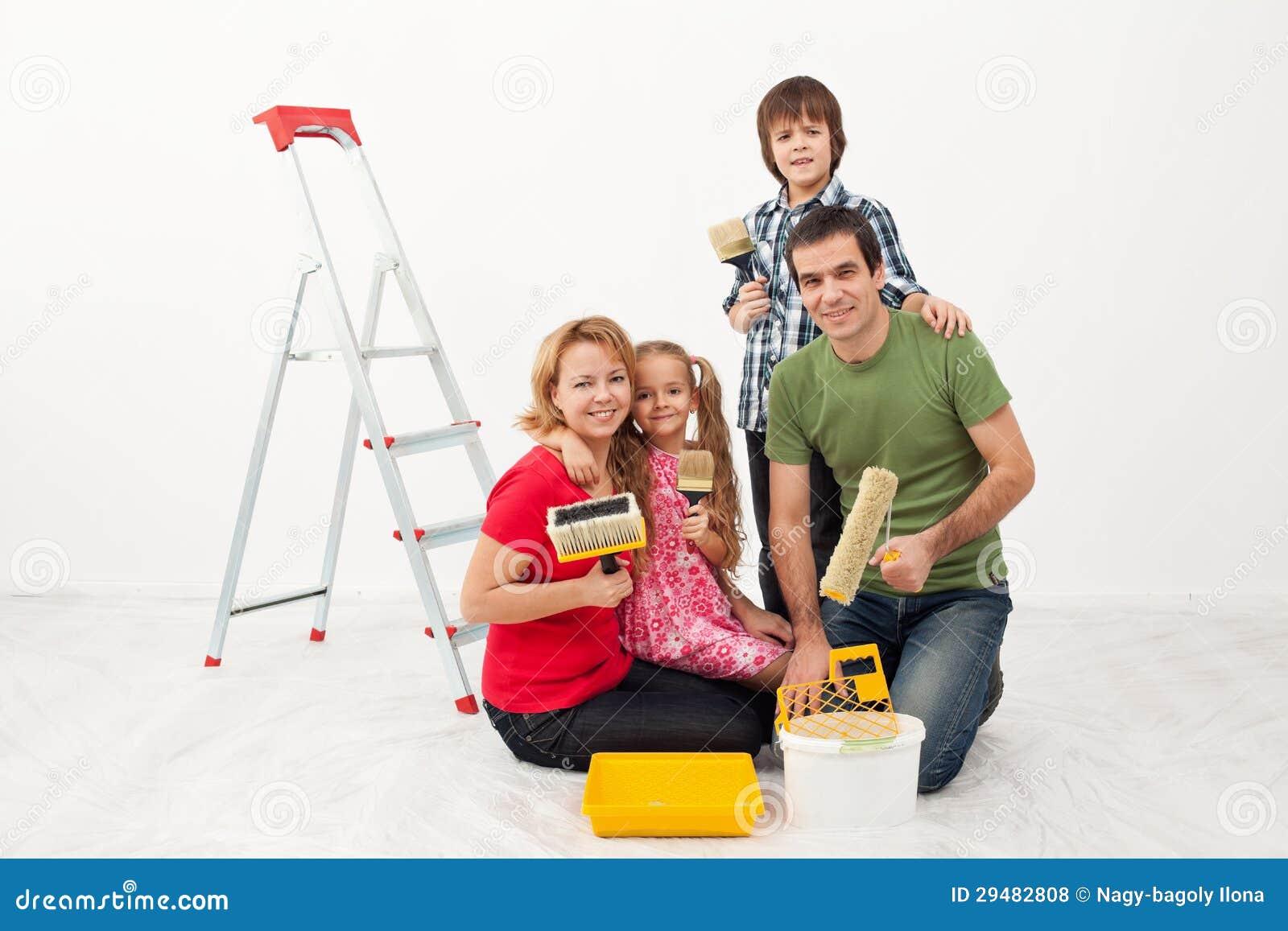 Gente Feliz Que Se Prepara Para Pintar Su Hogar Foto De Archivo