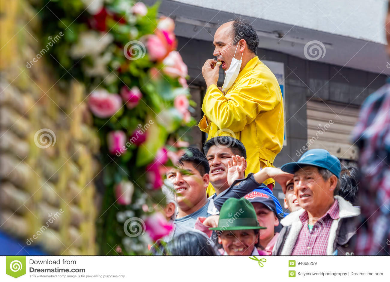 Gente hispánica que espera para comenzar carnaval anual