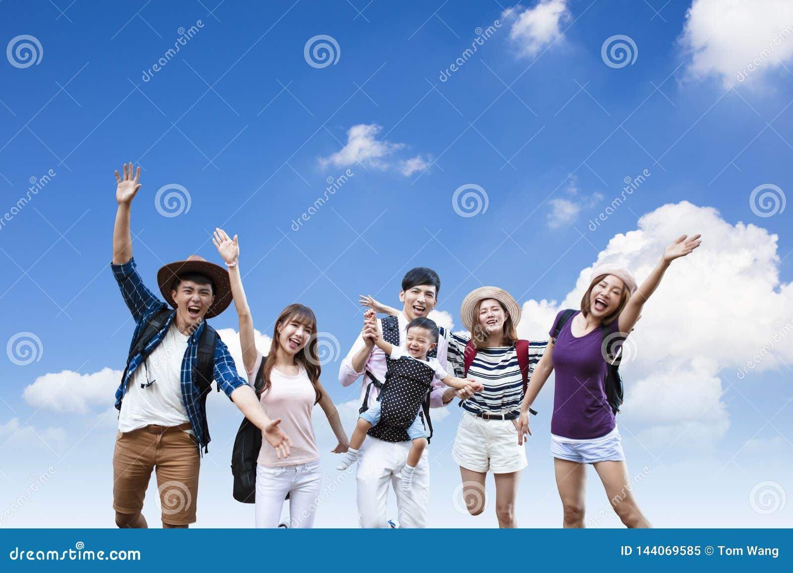 Gente joven con las mochilas que caminan junto