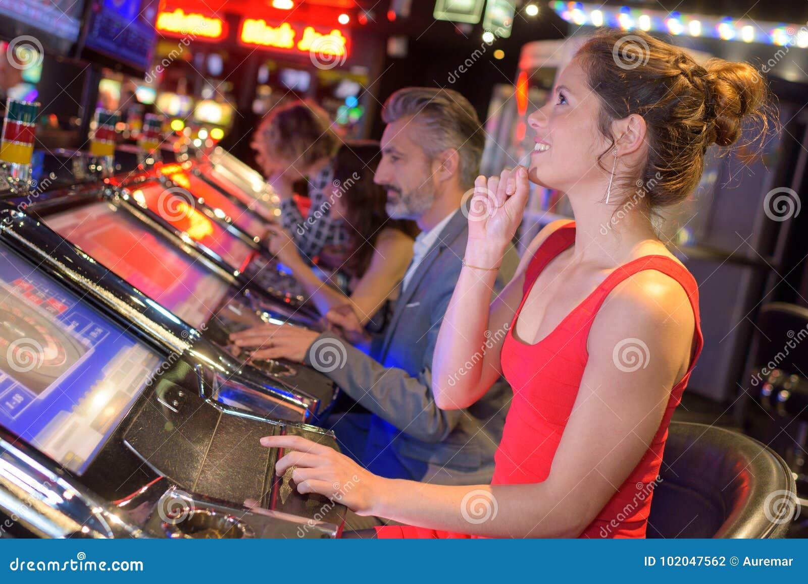 Gente joven del grupo que juega en casino