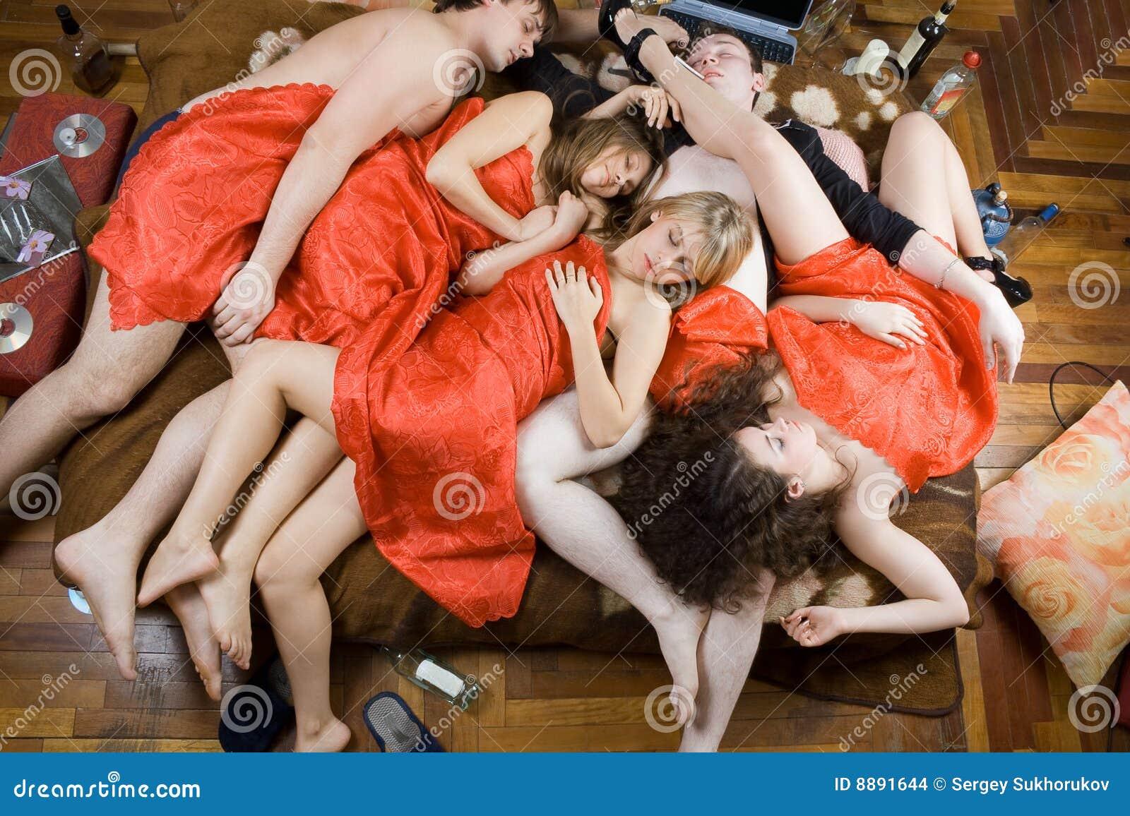 Gente joven durmiente borracha