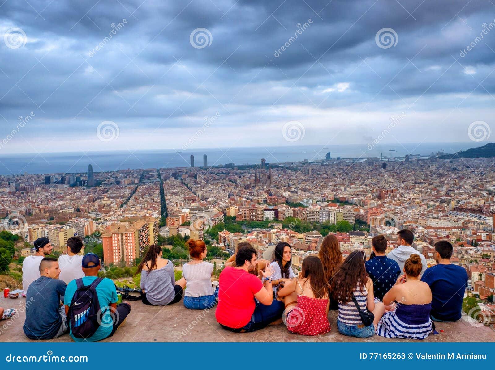 Gente joven en el del Carmel, Barcelona, España de las arcones