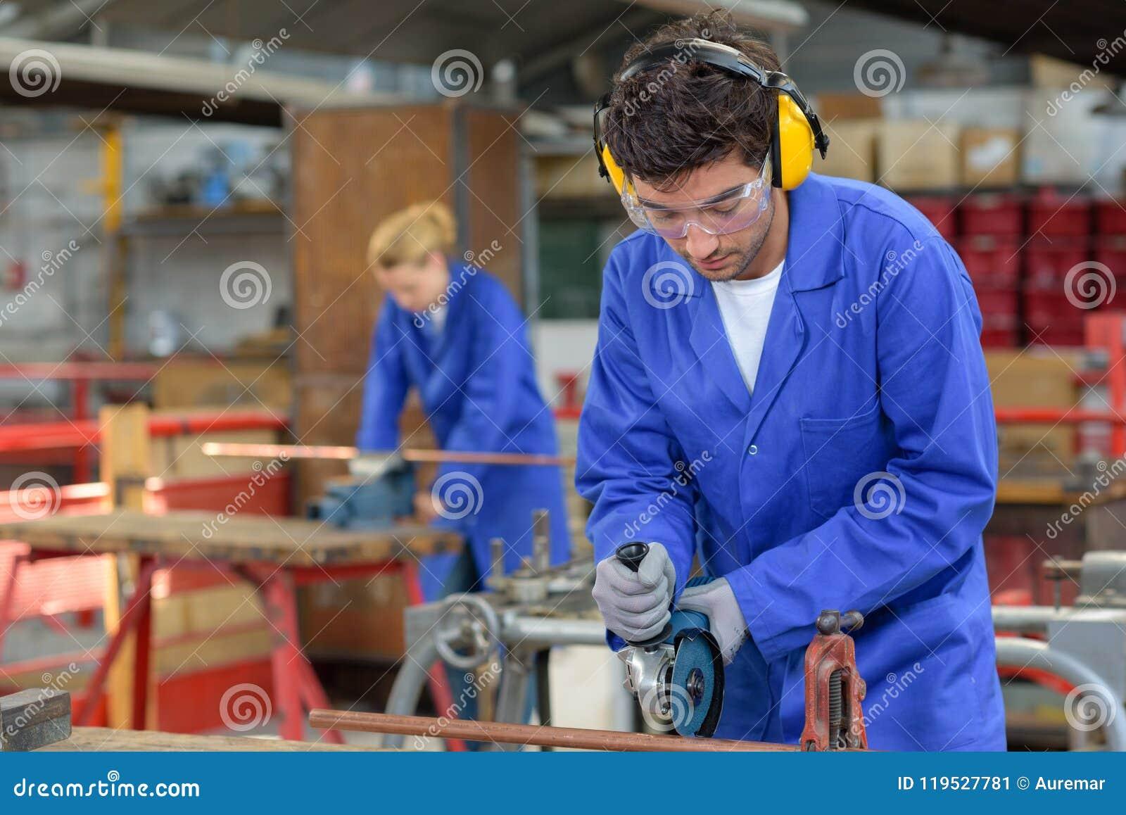 Gente joven en el trabajo en fábrica