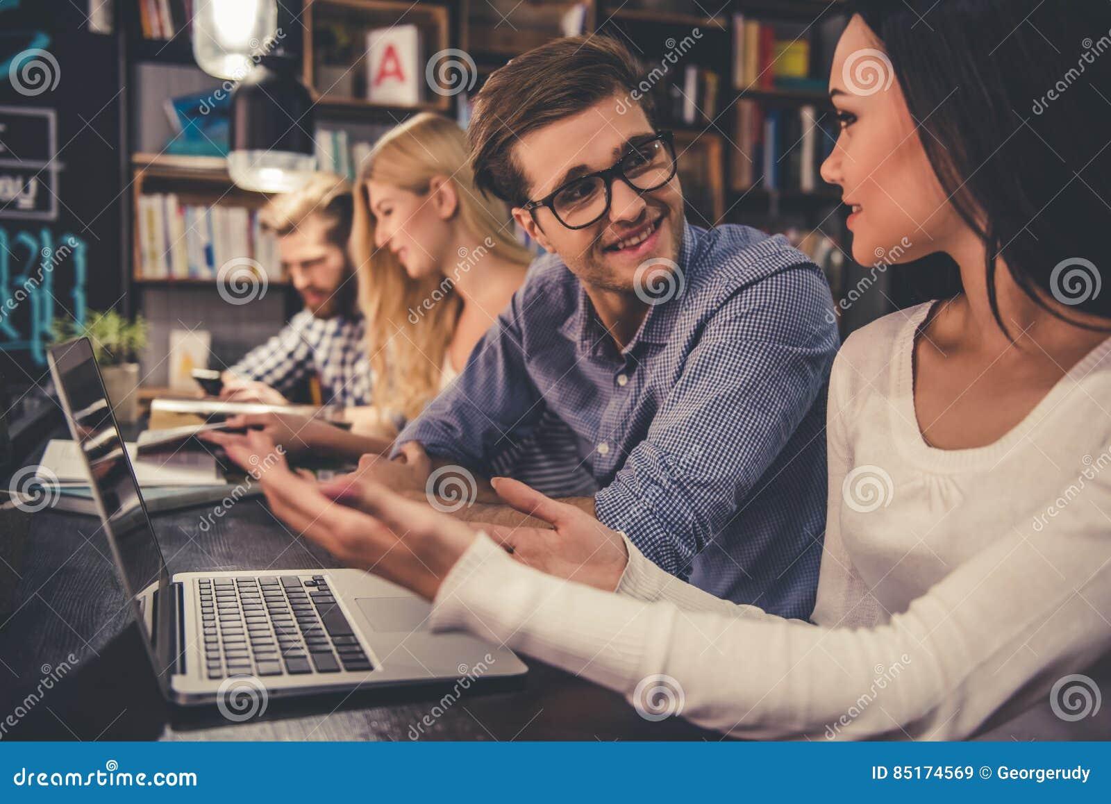 Gente joven en la biblioteca
