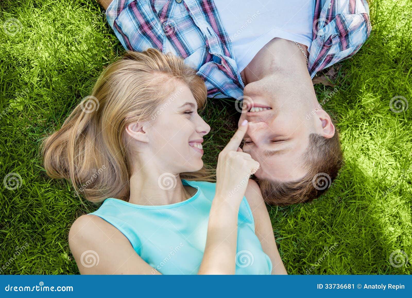 Gente joven feliz al aire libre