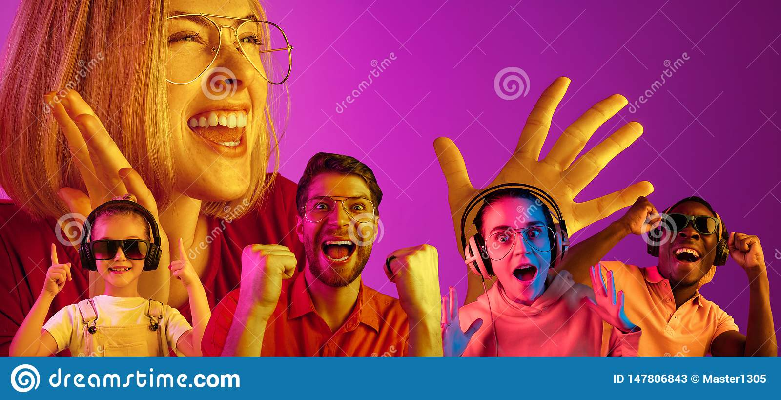 Gente joven hermosa en la luz de ne?n aislada en fondo rosado del estudio