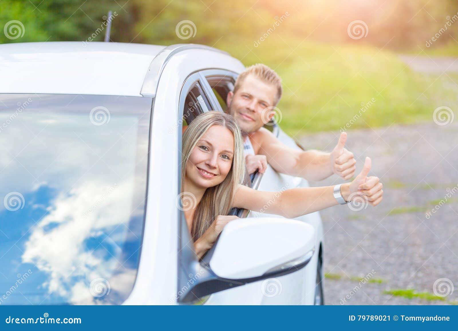 Gente joven que disfruta de un roadtrip en el coche