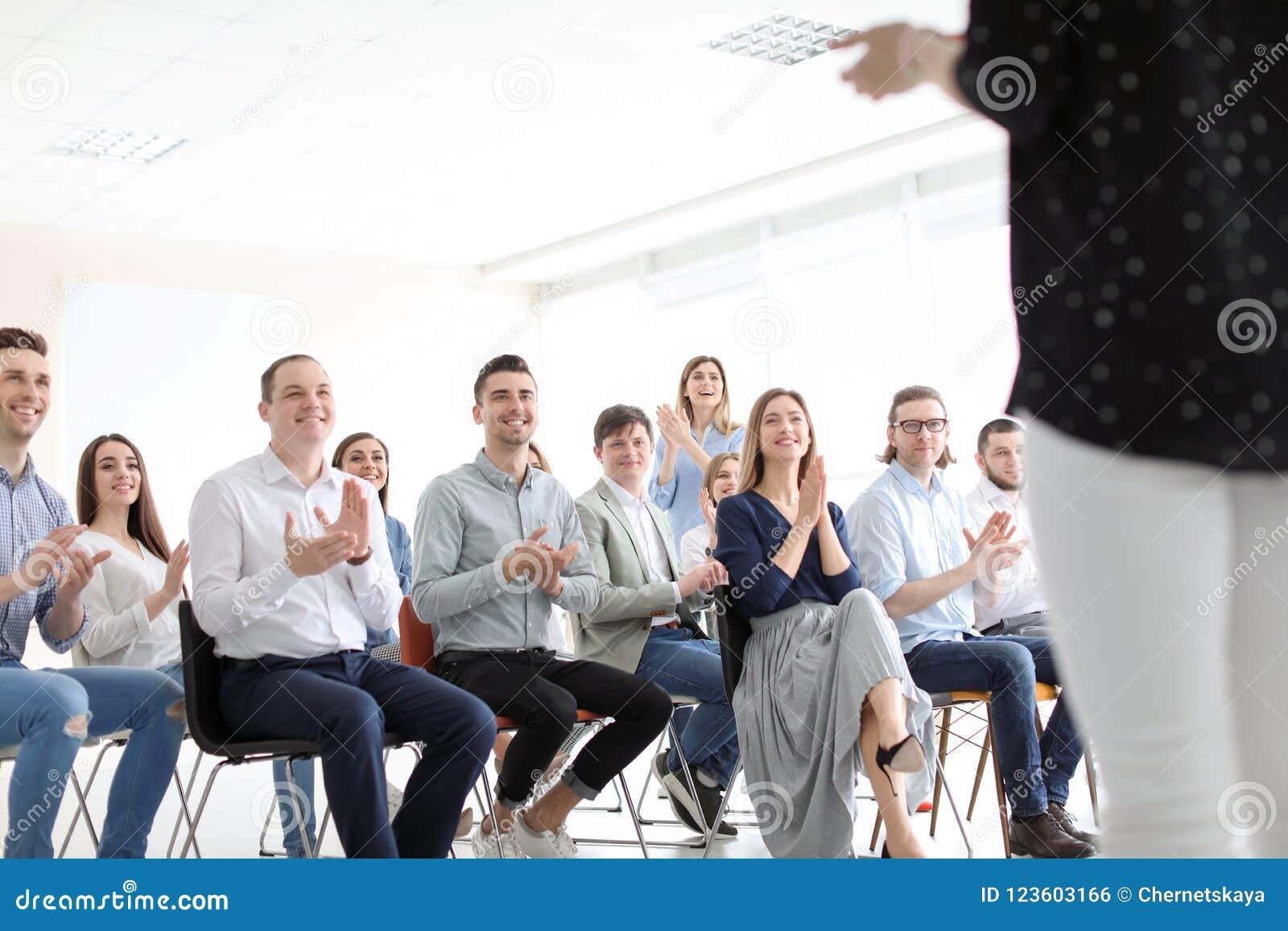 Gente joven que tiene entrenamiento del negocio