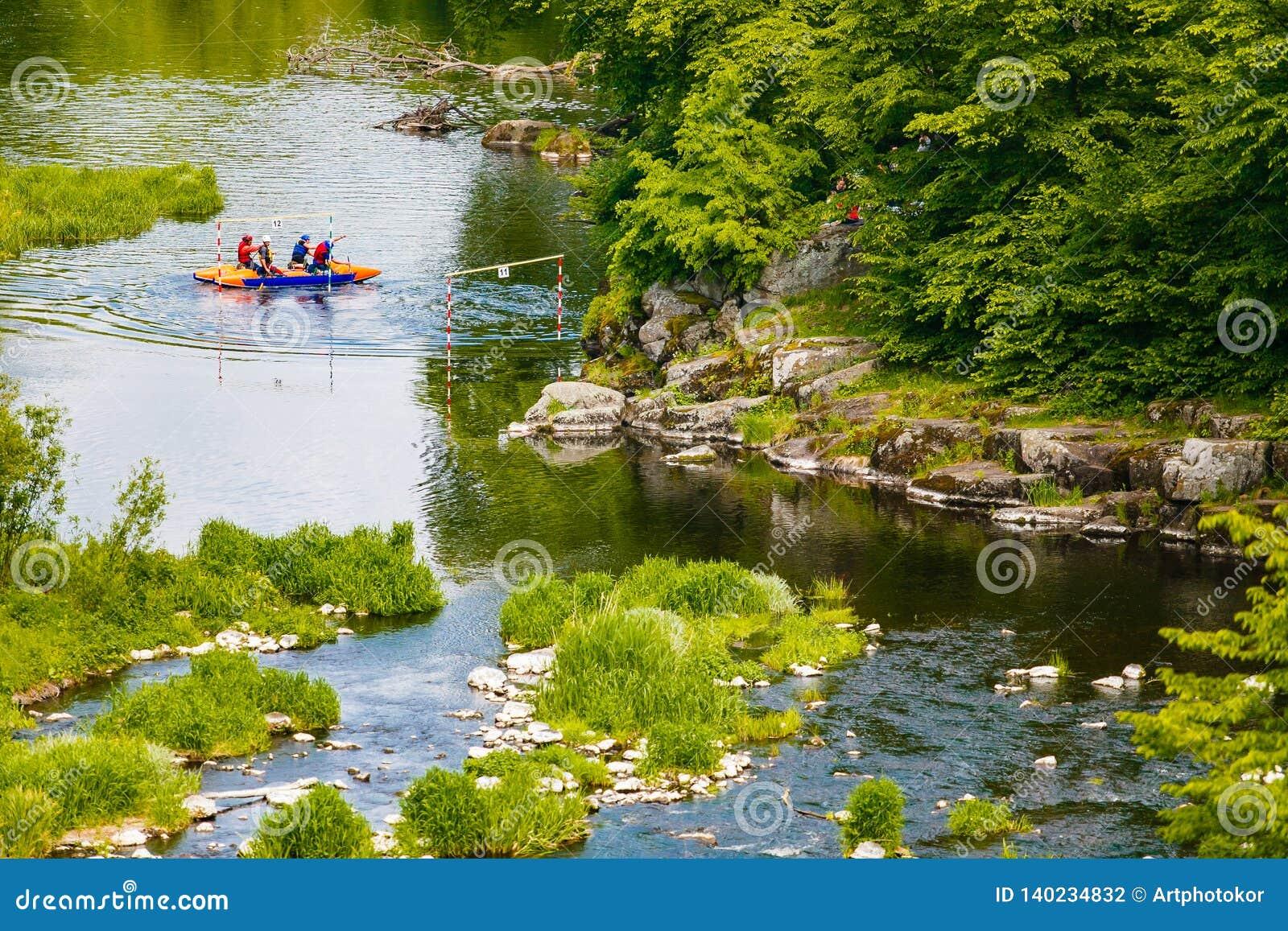 Gente kayaking a lo largo del río de la montaña en primavera Participantes extremos del deporte