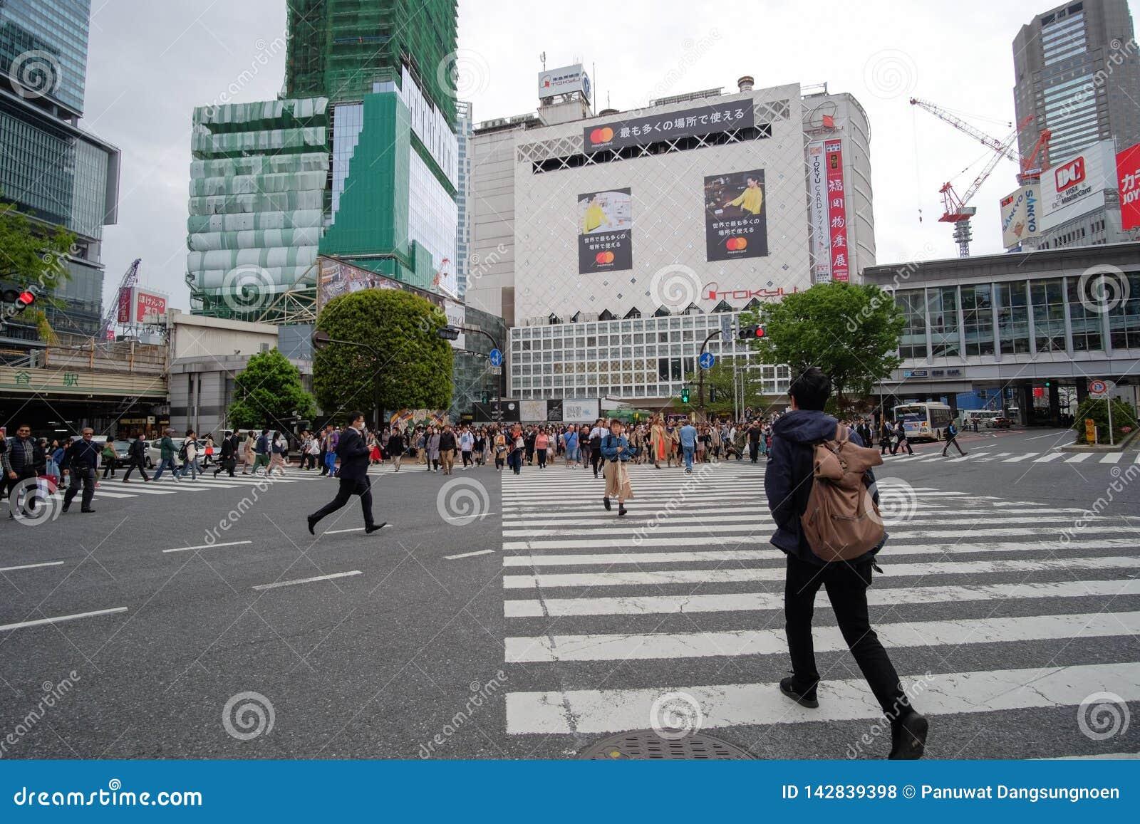 Gente locale e viaggiatore che camminano e che comperano alla via di Takeshita in Harajuku, in punto di riferimento ed in popolar