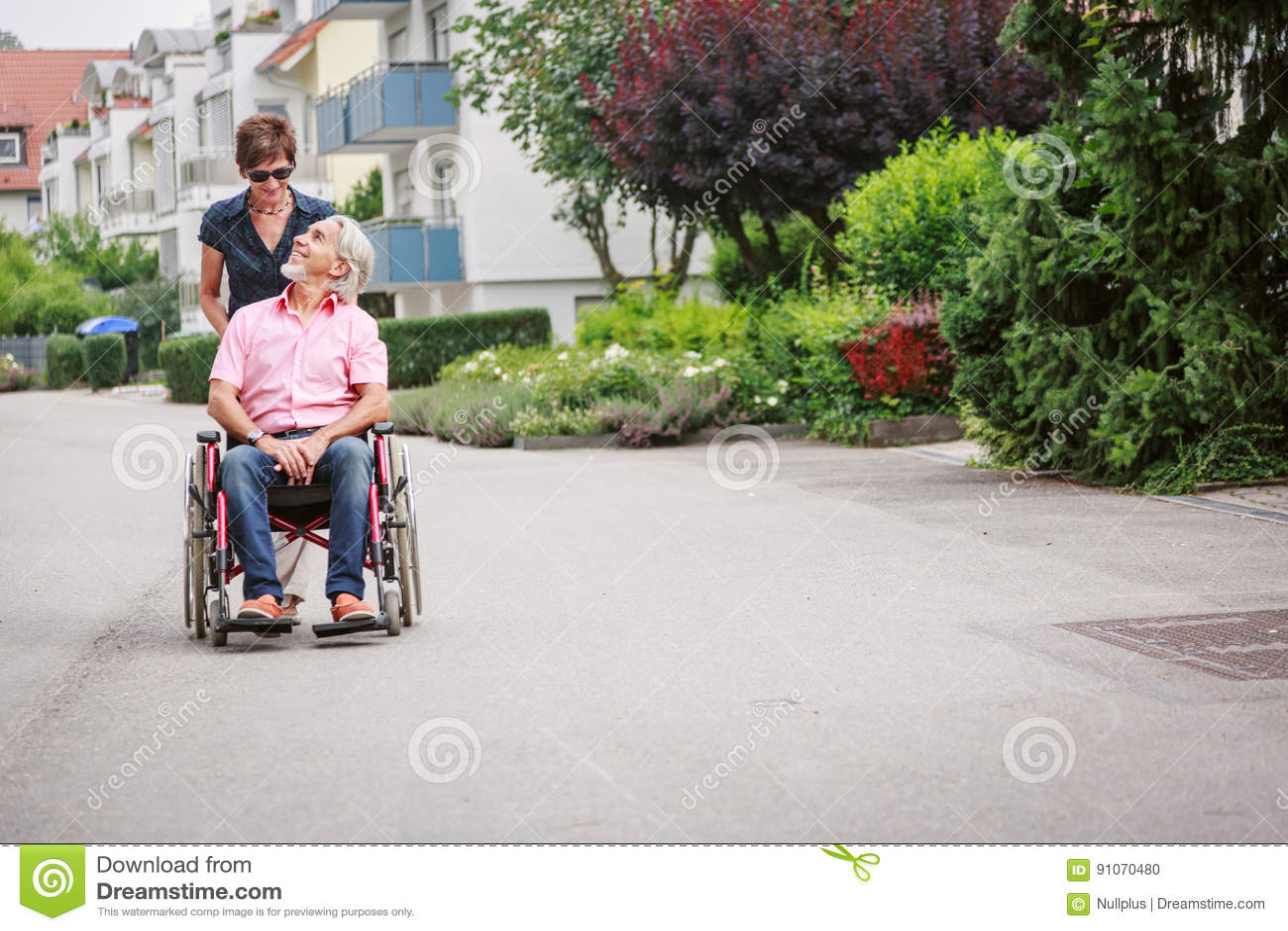 Gente mayor en silla de ruedas