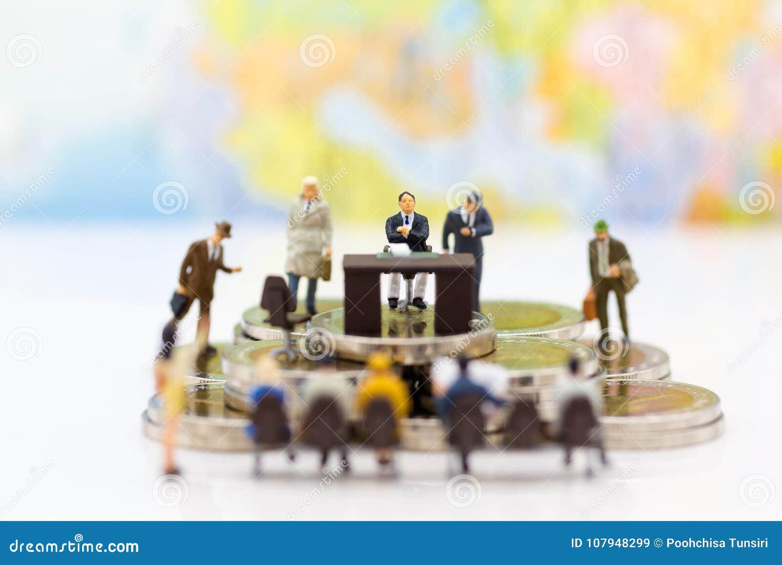 Gente miniatura: Candidatos de la entrevista del reclutador Uso de la imagen para la opción del fondo del empleado más adecuado,