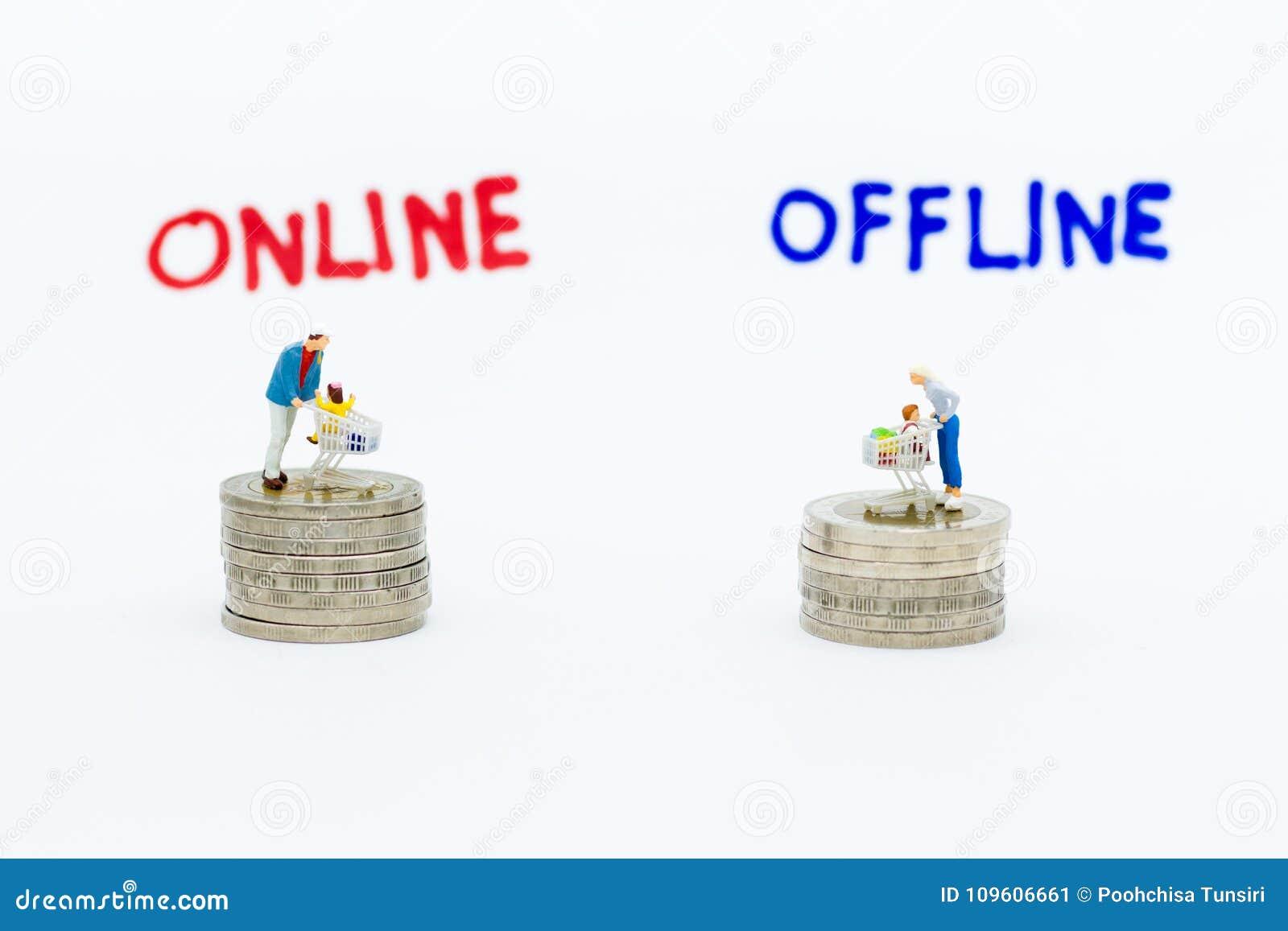 Gente miniatura: Compradores para los negocios en línea y off-line Uso de la imagen para el comercio al por menor, concepto del m