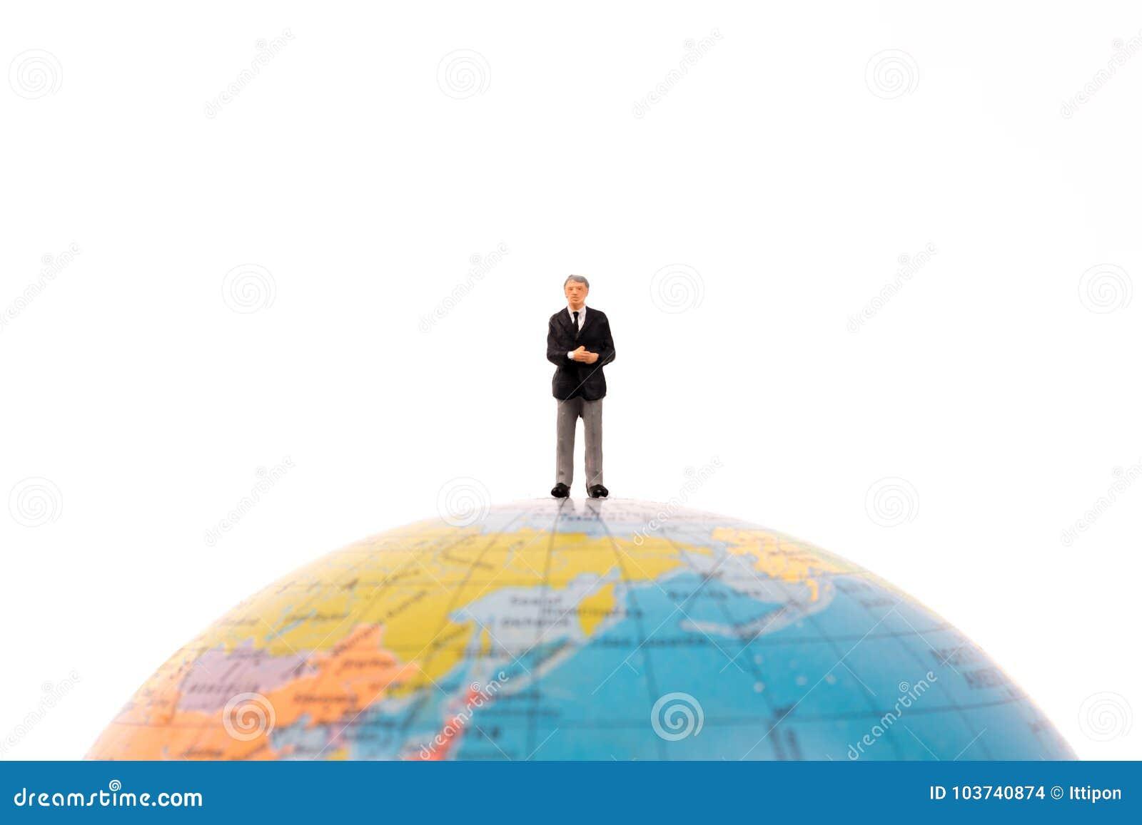 Gente miniatura del negocio que se coloca en el globo