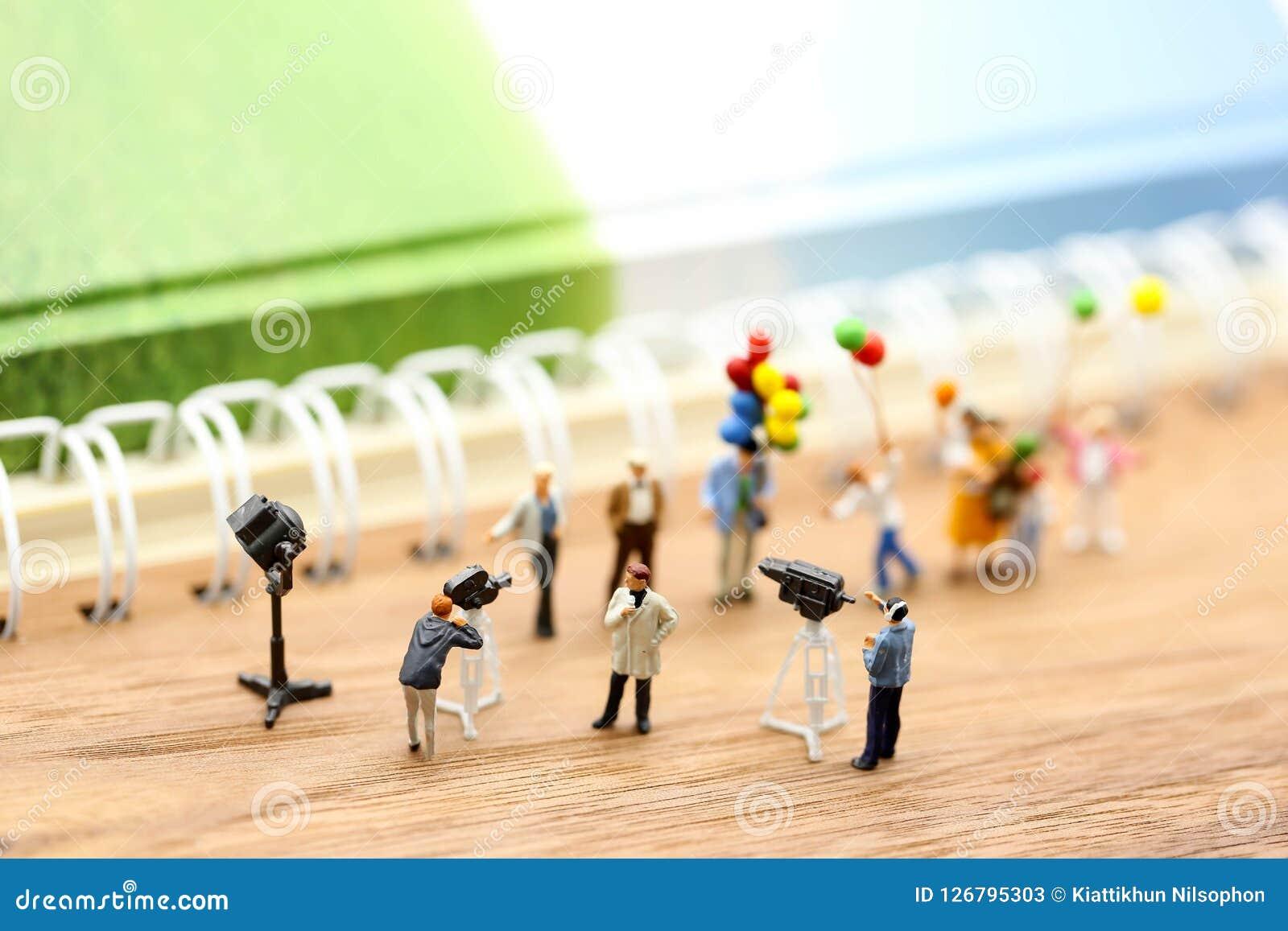 Gente miniatura: giornalisti, cineoperatore, Videographer sul lavoro