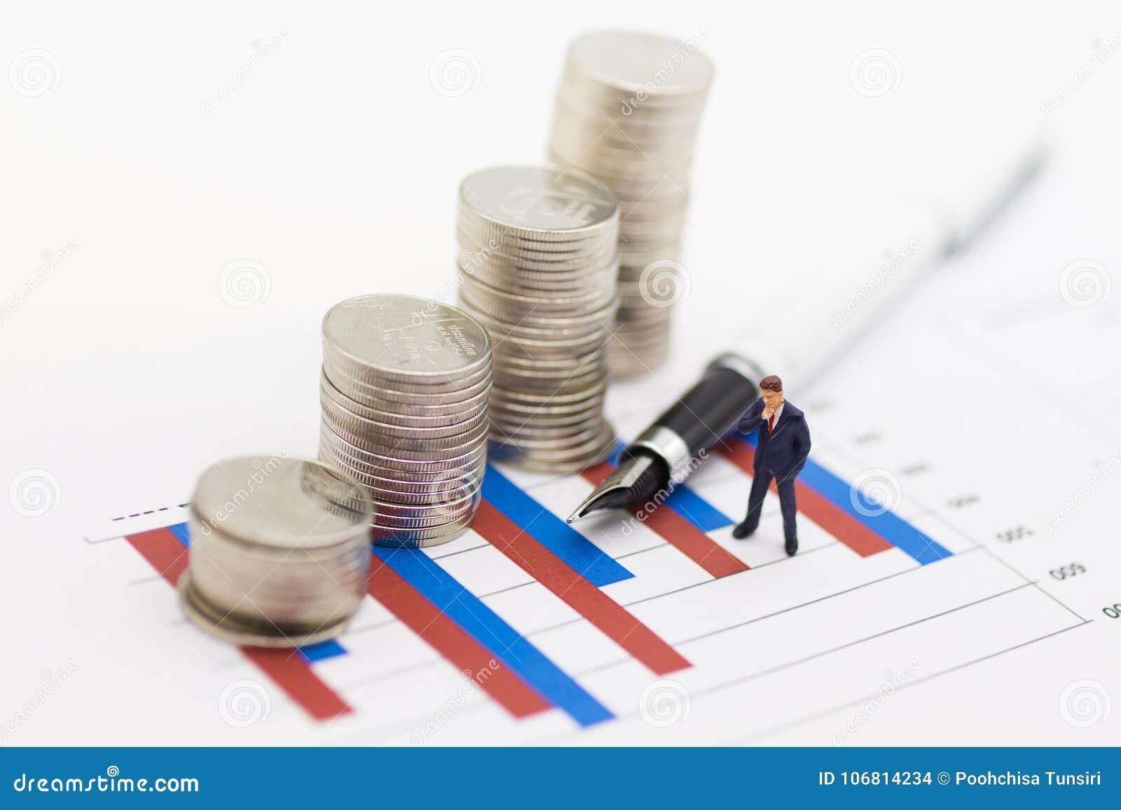 Gente miniatura: Los hombres de negocios ganan los beneficios del trabajo, monedas de la pila se colocan en el gráfico Uso como c