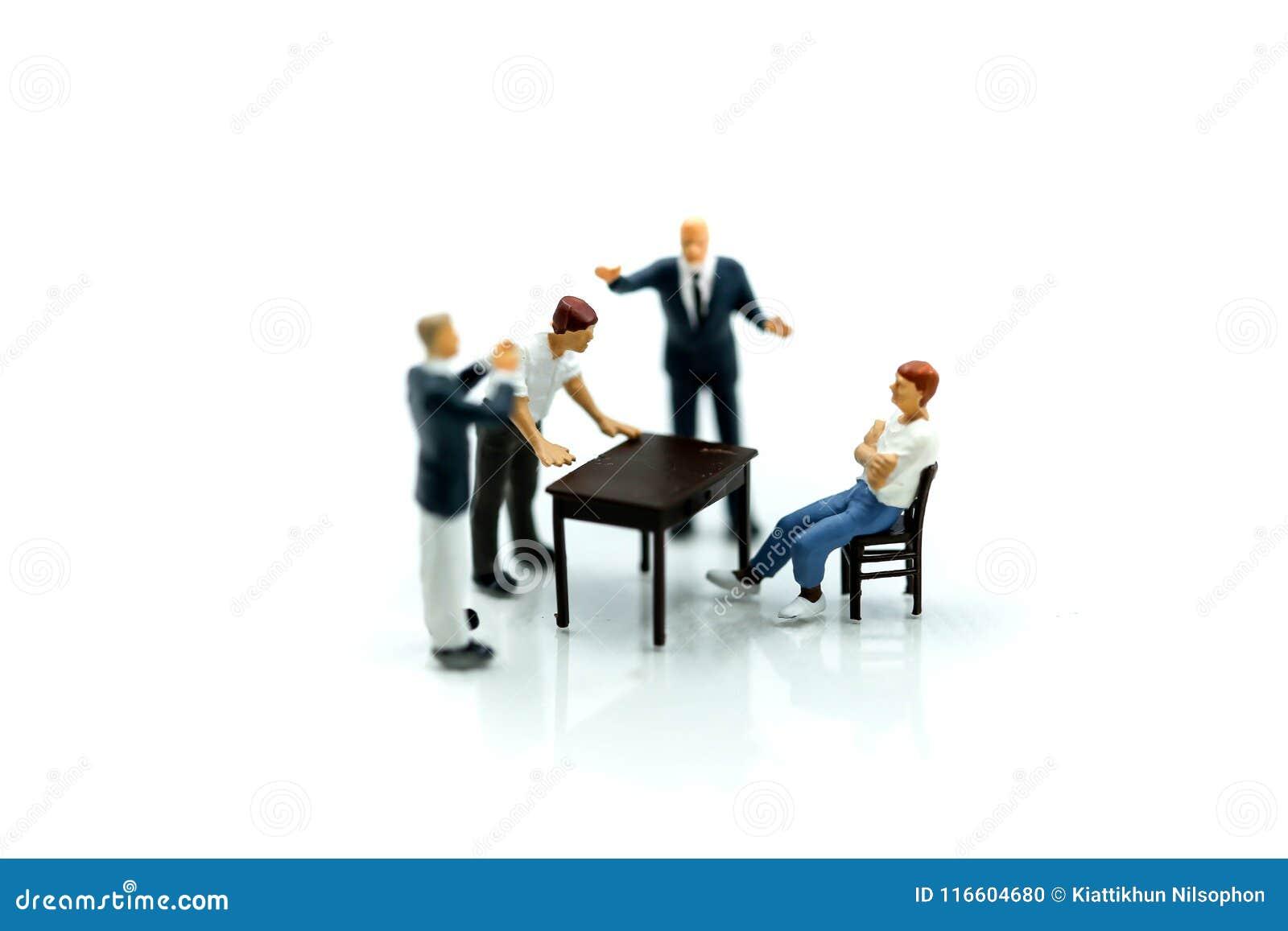 Gente miniatura: pelea, conflicto enojados de los empresarios y