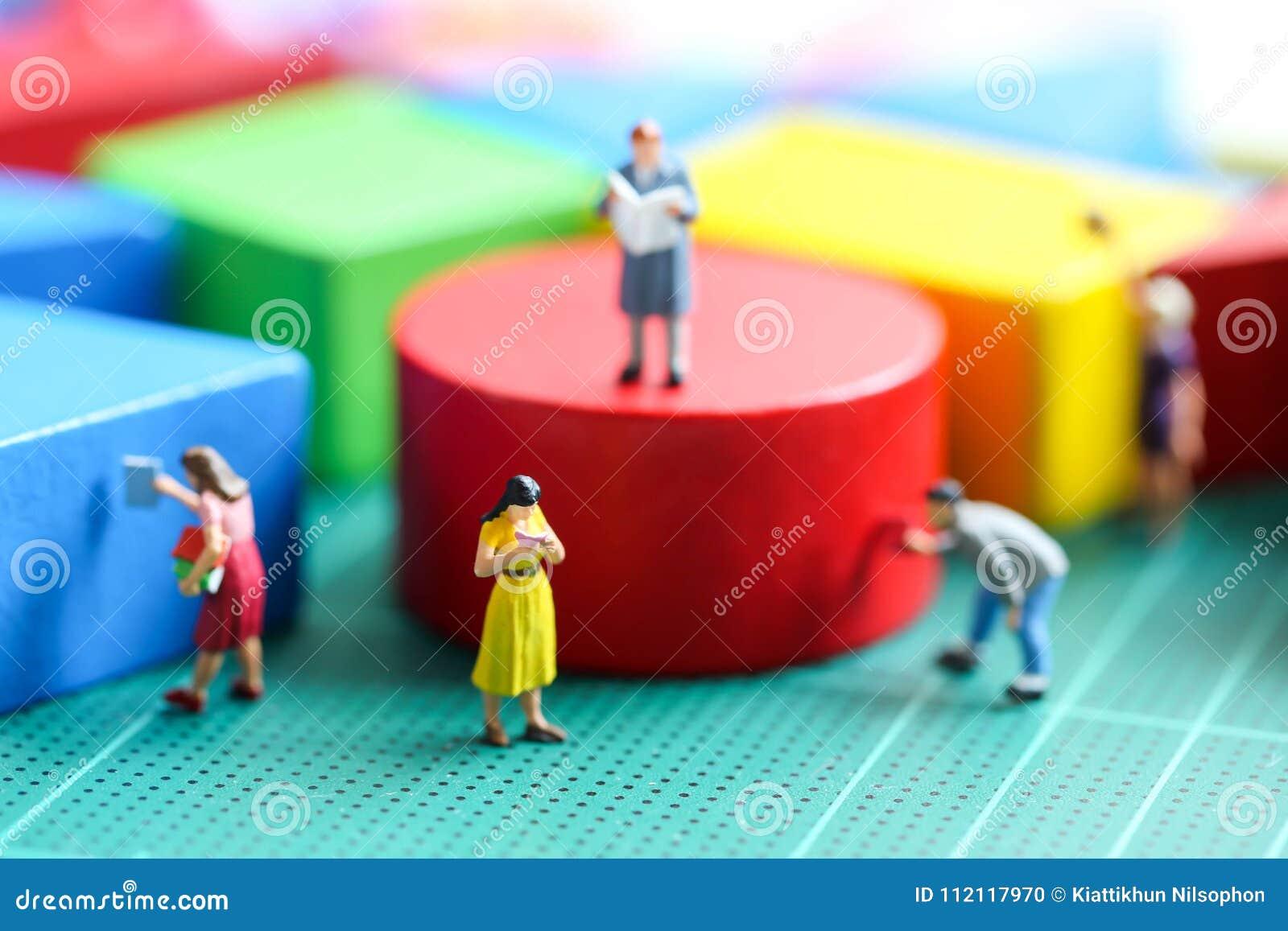 Gente Del Libro Lee Con Juguete MiniaturaQue El Un De Madera nwPOkX08