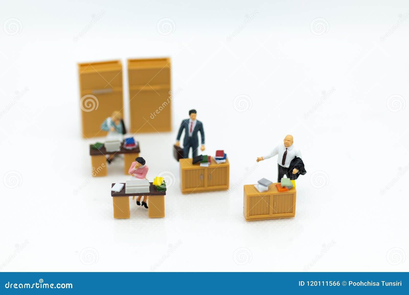 Gente miniatura: Trabajando en la oficina, hombre del sueldo, trabajo de desarrollo del talento Uso de la imagen para guardar el
