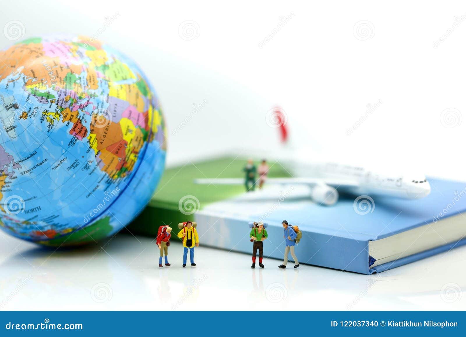 Gente miniatura: Viajeros con el globo y el aeroplano, tra del mundo