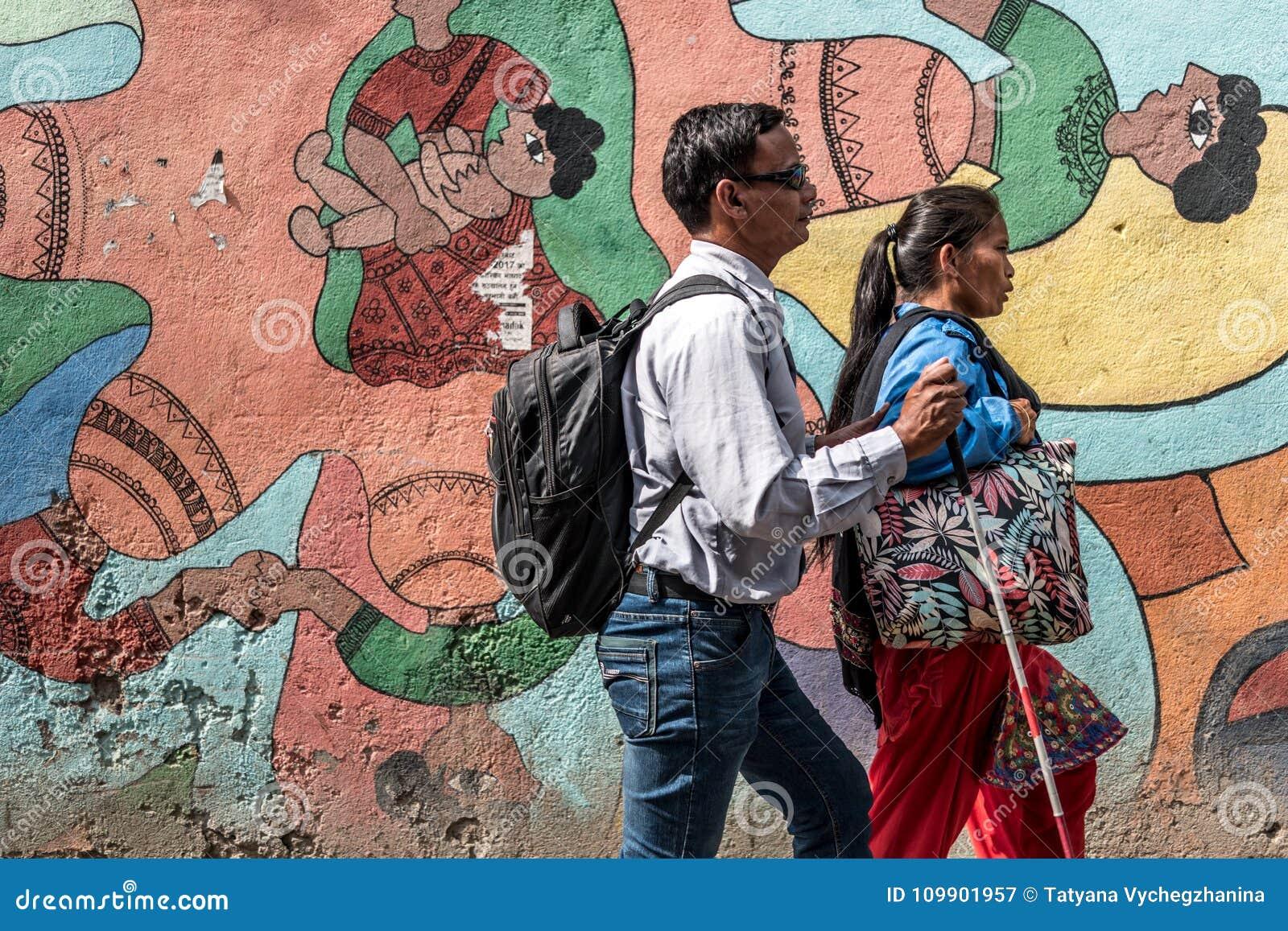 Gente nepalesa que camina por la pintada colorida
