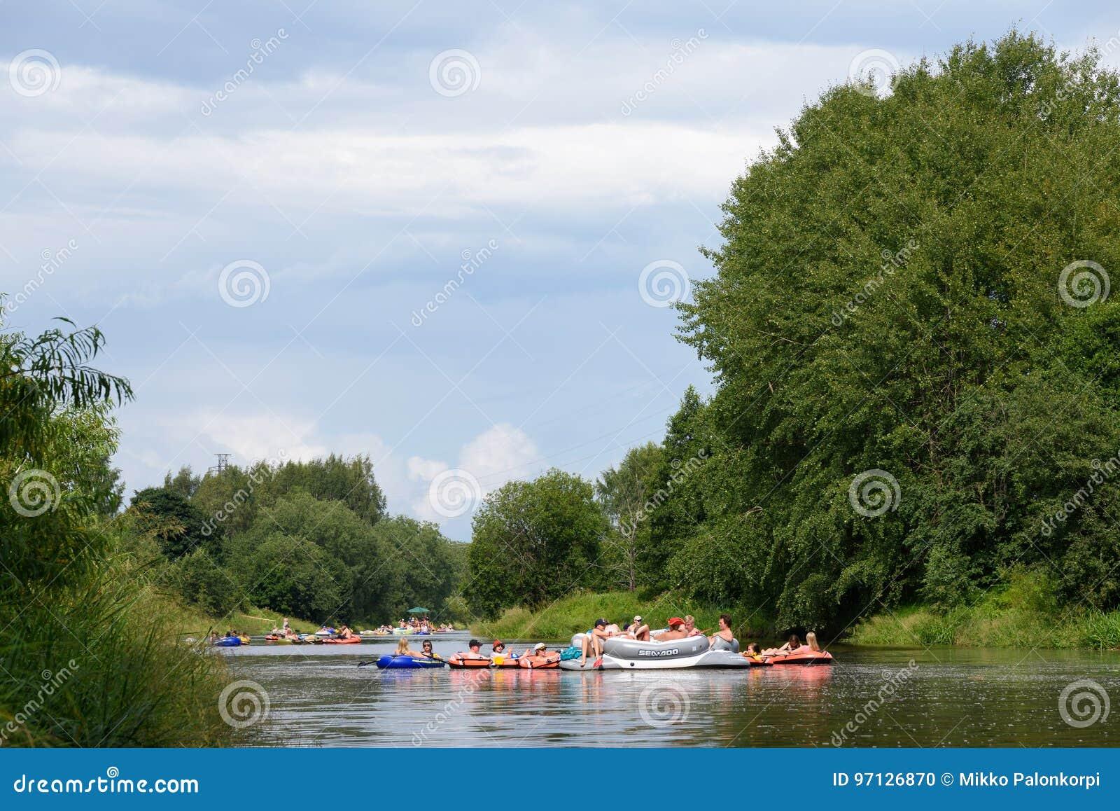 Gente no identificada que elabora en el río Vantaa en el festival flotante de la cerveza de Kaljakellunta en Helsinki, Finlandia