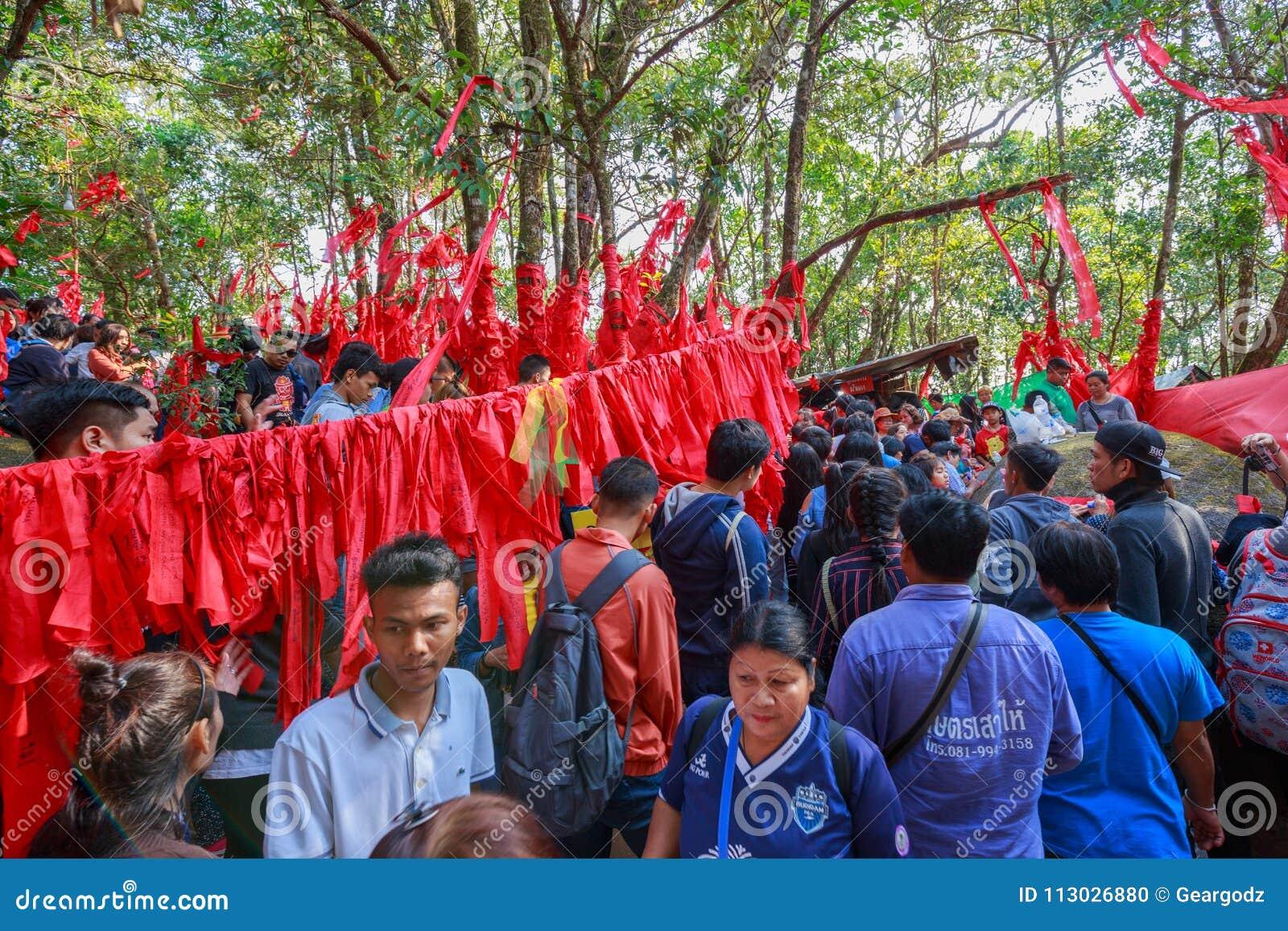 Gente no identificada que viaja para adorar la huella de Buda