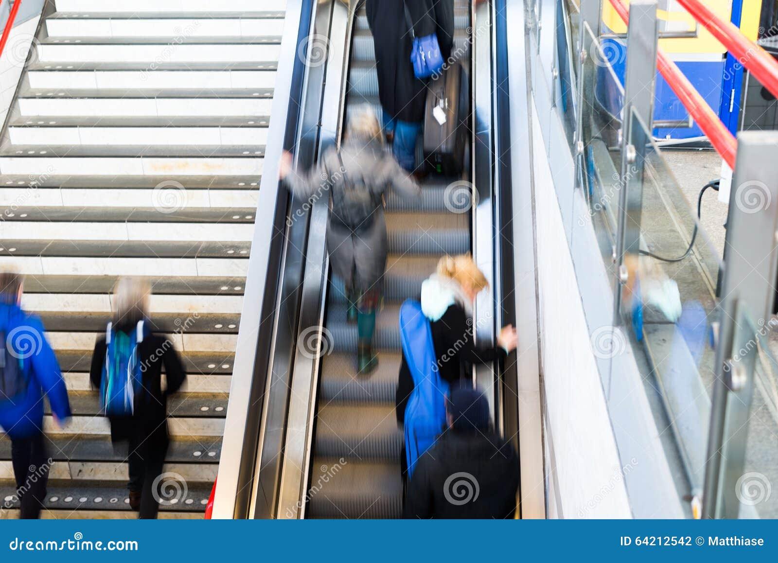 Gente ocupada de la estación de tren de la hora punta