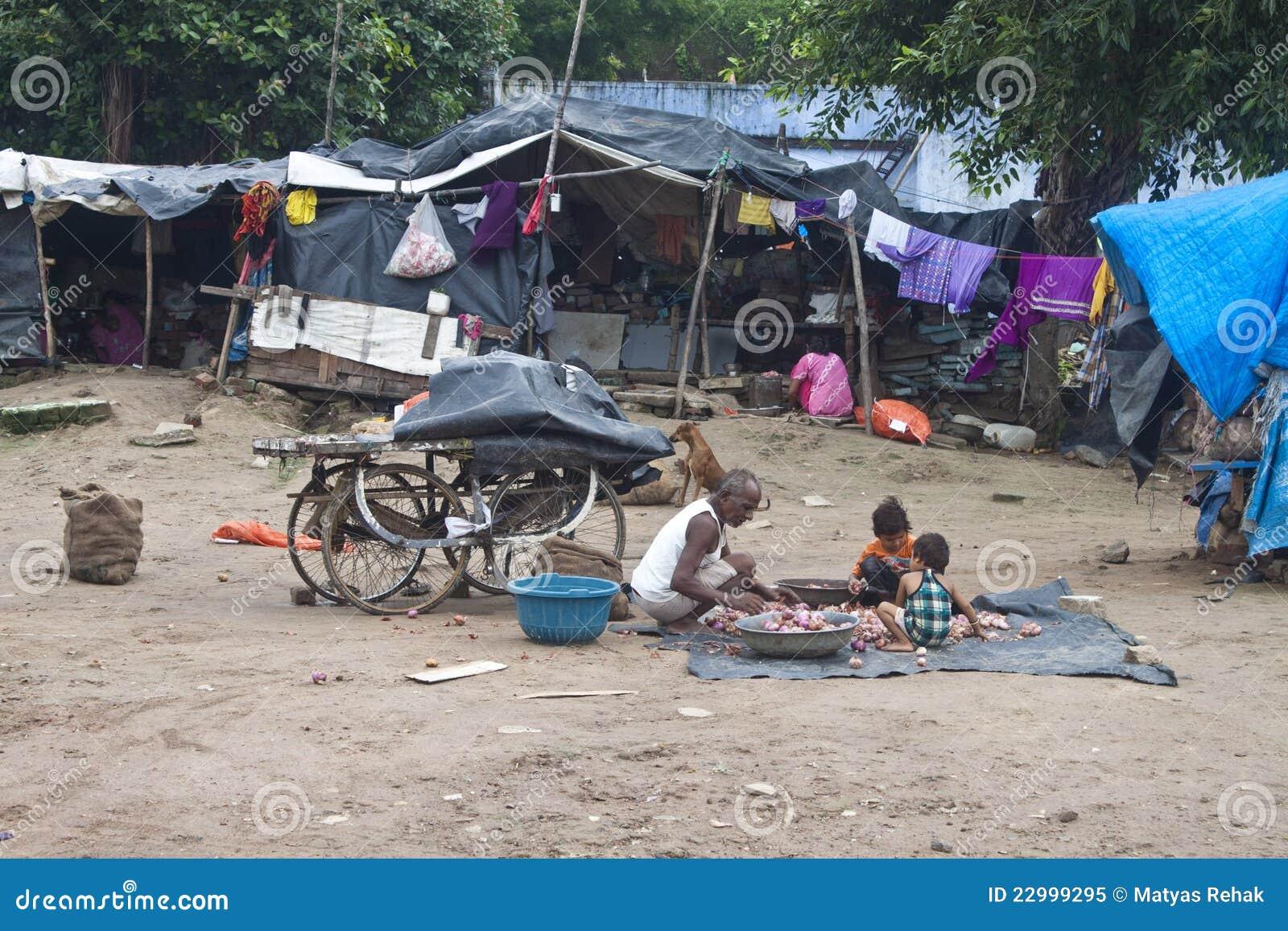 Gente povera che vive a bassifondi
