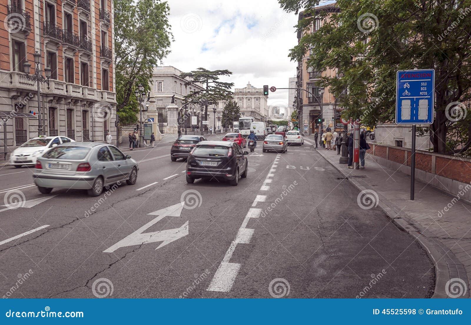 Gente que camina abajo de una calle de las compras