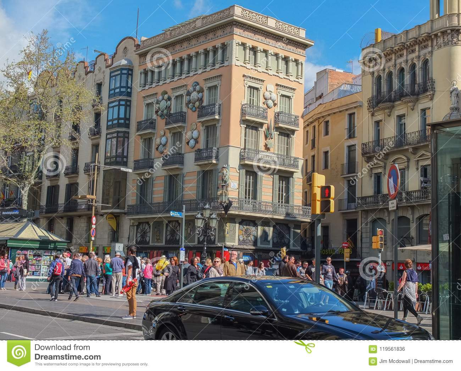 Gente que camina en el La ocupado Rambla Barcelona España