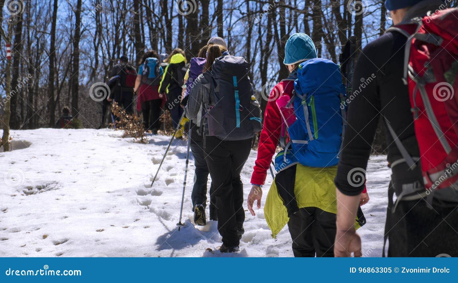 Gente que camina en la montaña