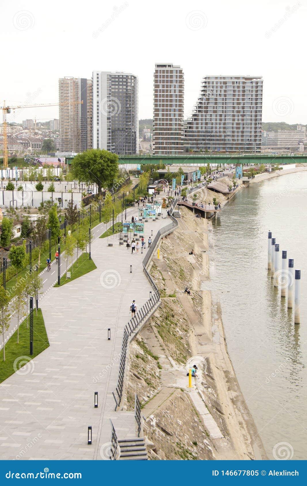Gente que camina en la  promenade  de Sava en la costa de Belgrado desde arriba