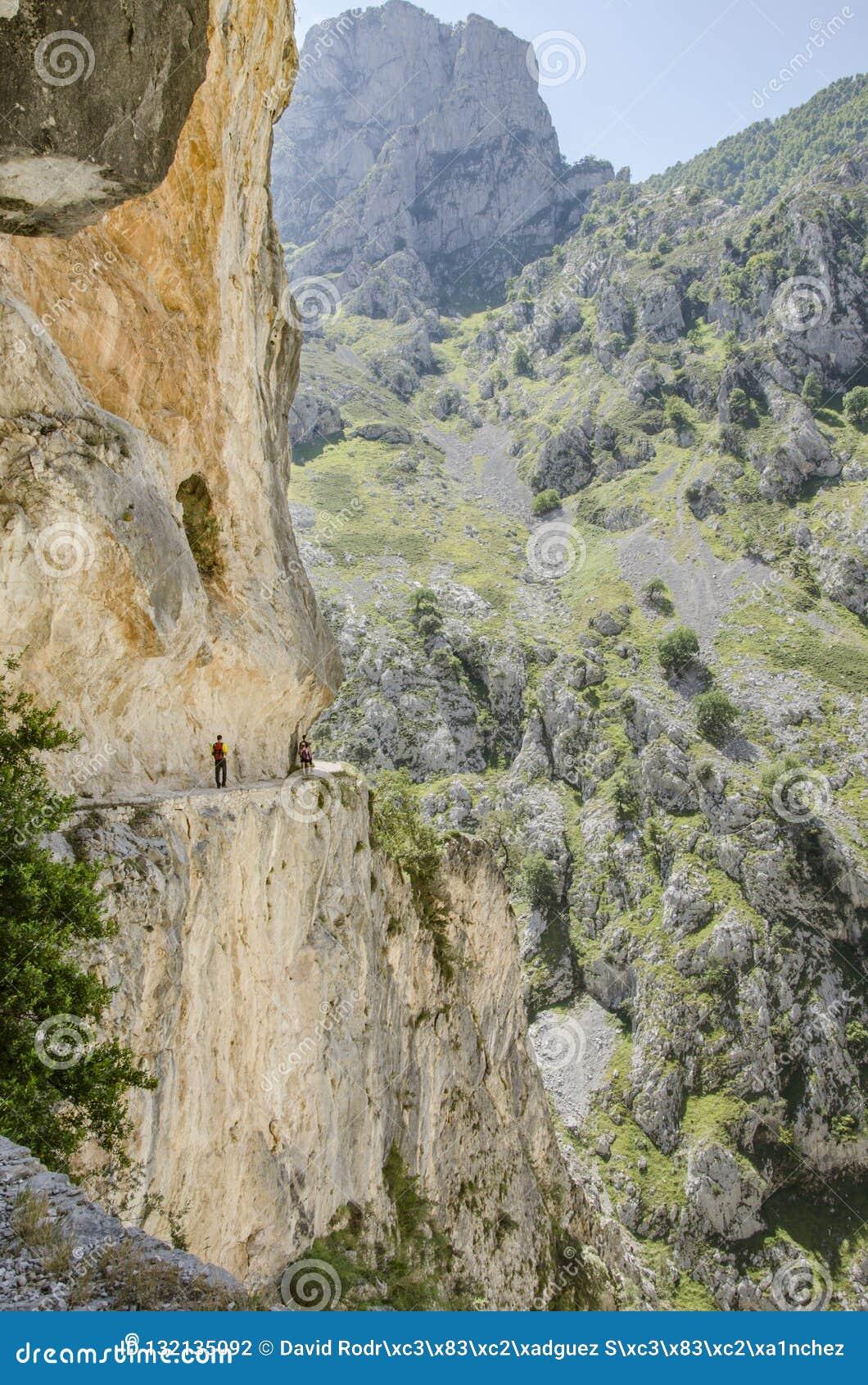 Gente Que Camina En La Ruta De Cuidados España Europa Fotografía Editorial Imagen De Cuidados España 132135092