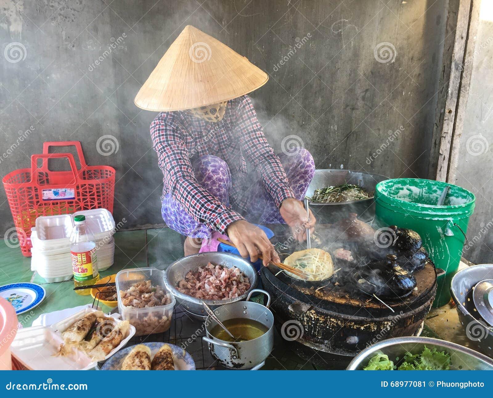 Gente que cocina las comidas de la calle en Vung Tau, Vietnam