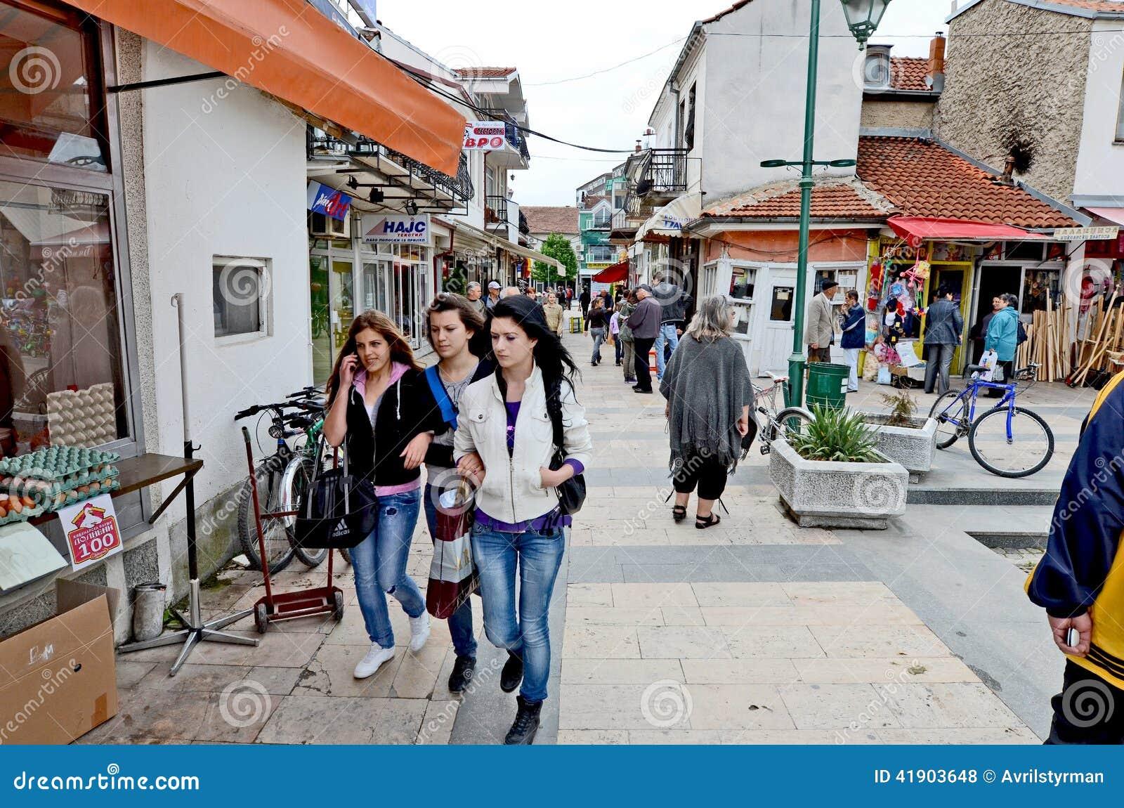 Gente que da une vuelta en Bitola