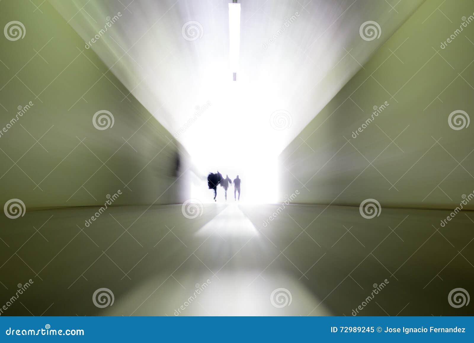 Gente que deja el túnel