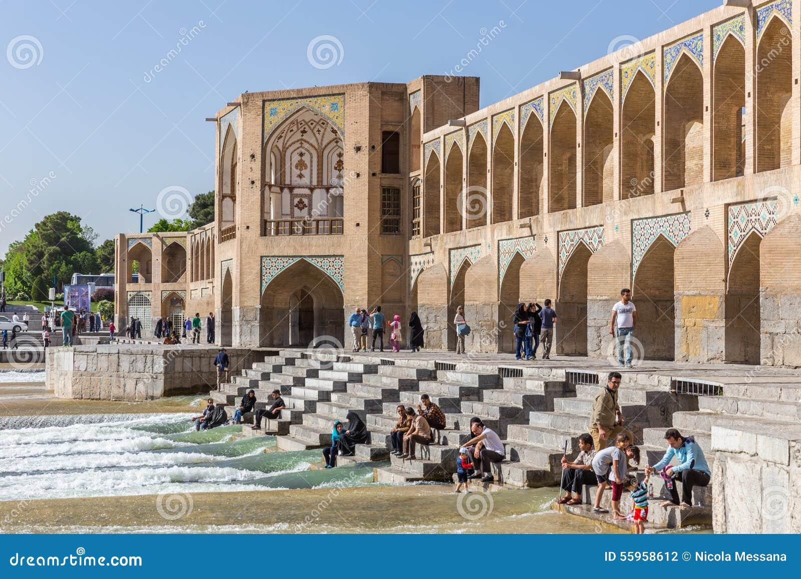 Gente que descansa en el puente antiguo de Khaju, (poste Khaju), en Isfahán, Irán