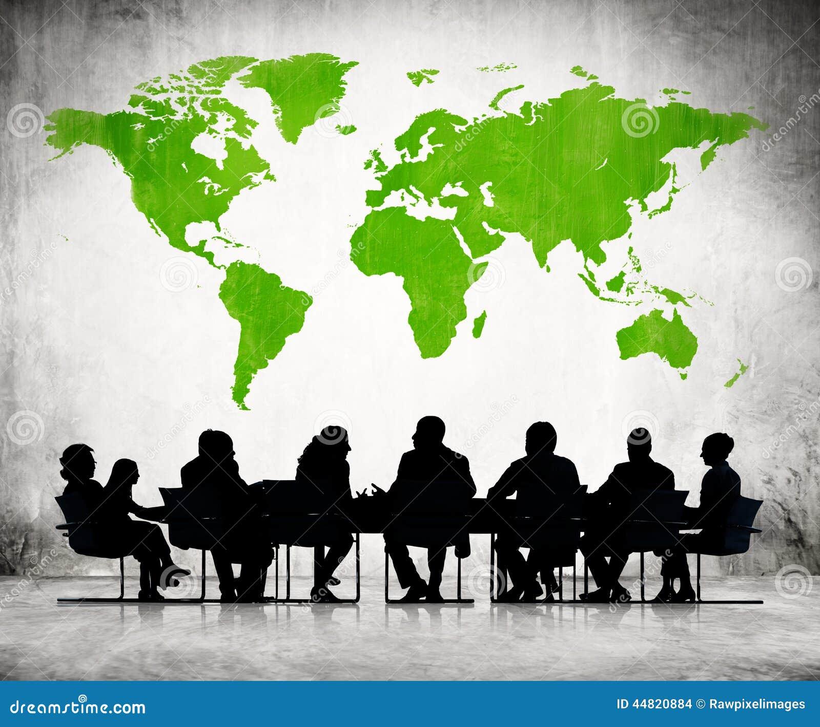 Gente que discute alrededor de la mesa de reuniones stock for Alrededor de tu mesa