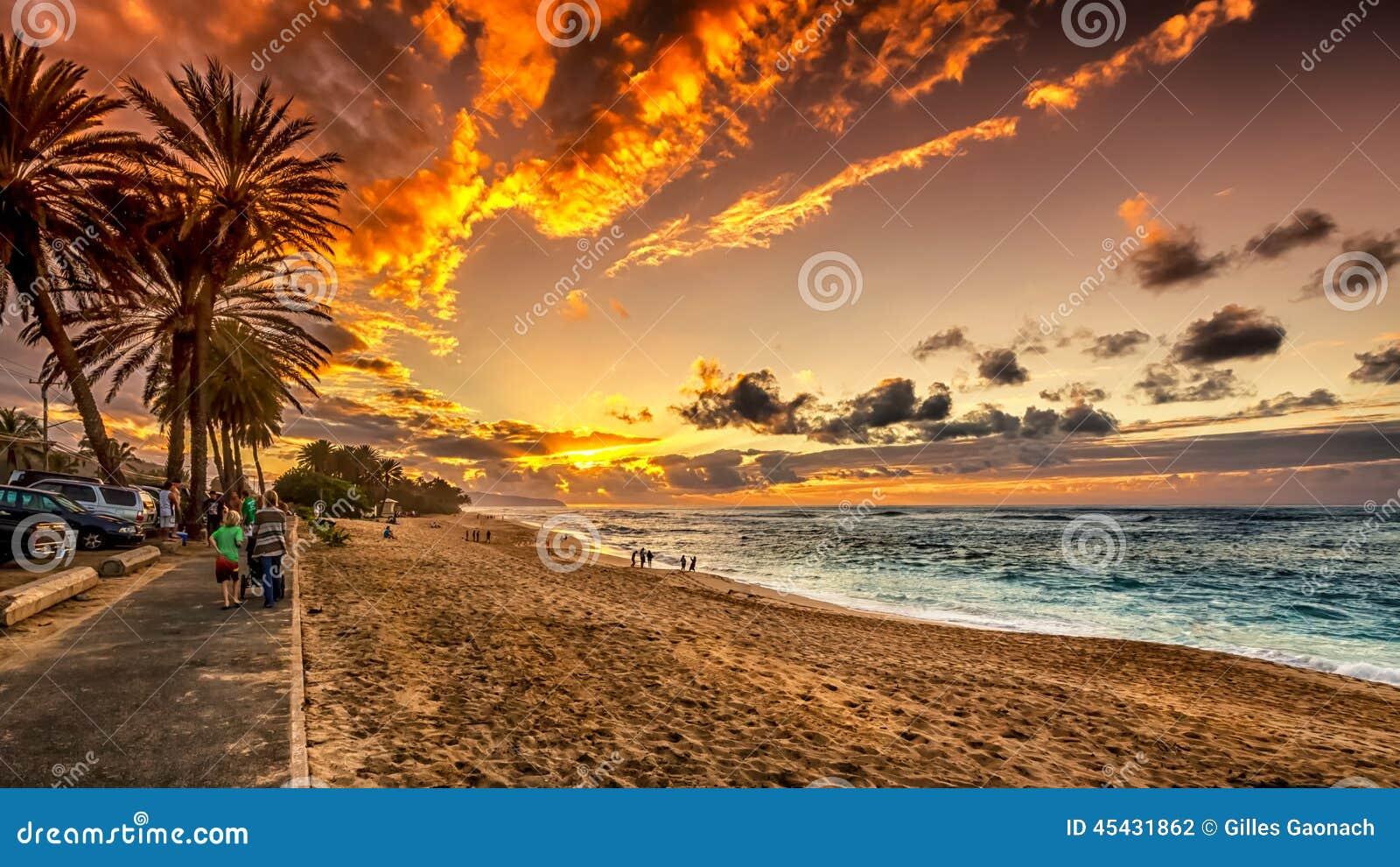 Gente que disfruta de la puesta del sol