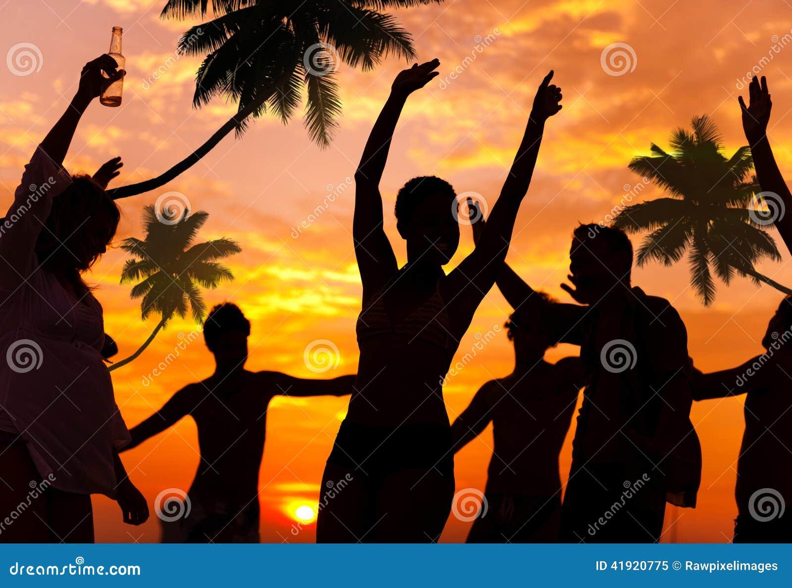 Gente que disfruta del partido por la playa