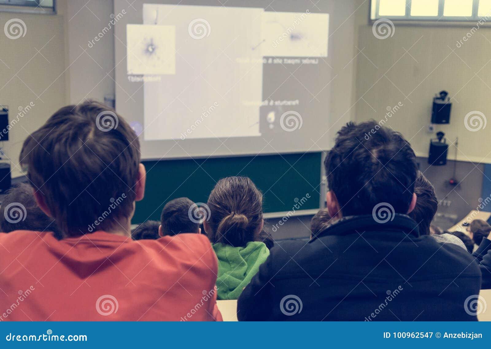 Gente que escucha la presentación