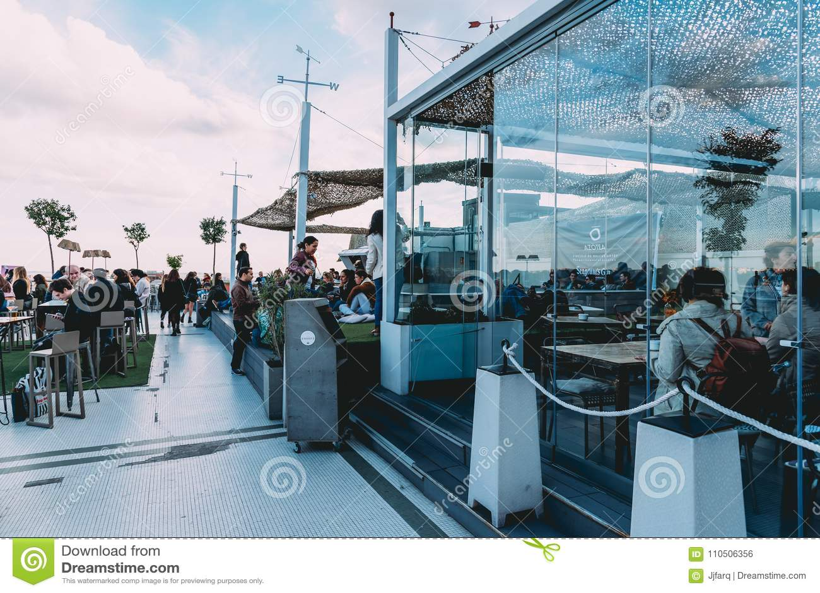 Gente Que Goza En El Café En Circulo De Bellas Artes Del Ro